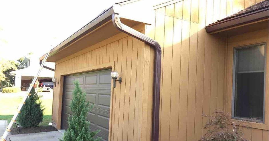 A ladder leaning up against a garage.